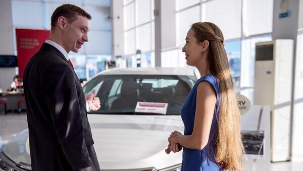 Покупка автомобиля в автосалоне. Архивное фото