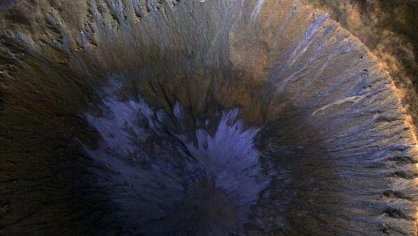 Следы потоков воды в кратере на Марсе