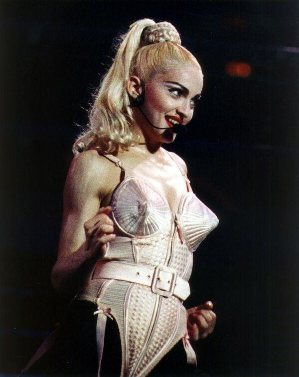 Мадонна в остроконечном бюстгальтере от Жан-Поля Готье. 1990 год