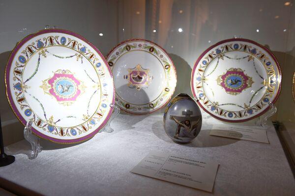 Фарфоровые тарелки и пасхальное яйцо представлены на выставке топ-лотов произведений русского искусства в преддверии аукциона, который состоится в Лондоне 5 июня