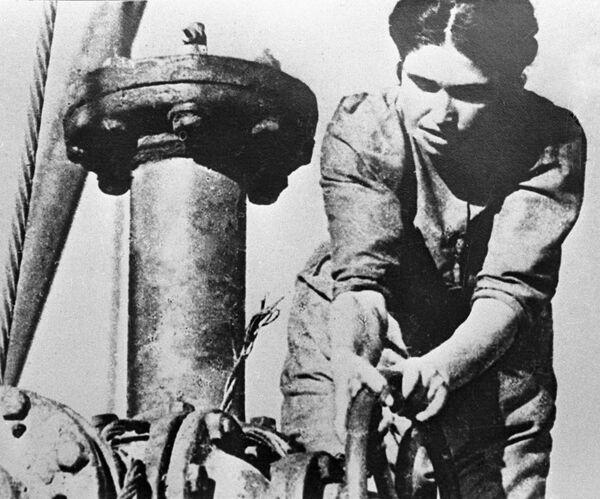 Женщина-оператор работает на Бакинских нефтяных промыслах во время Великой Отечественной войны