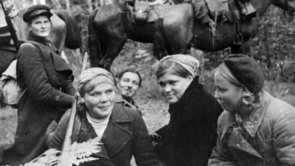 Девушки из партизанского отряда на привале в лесу