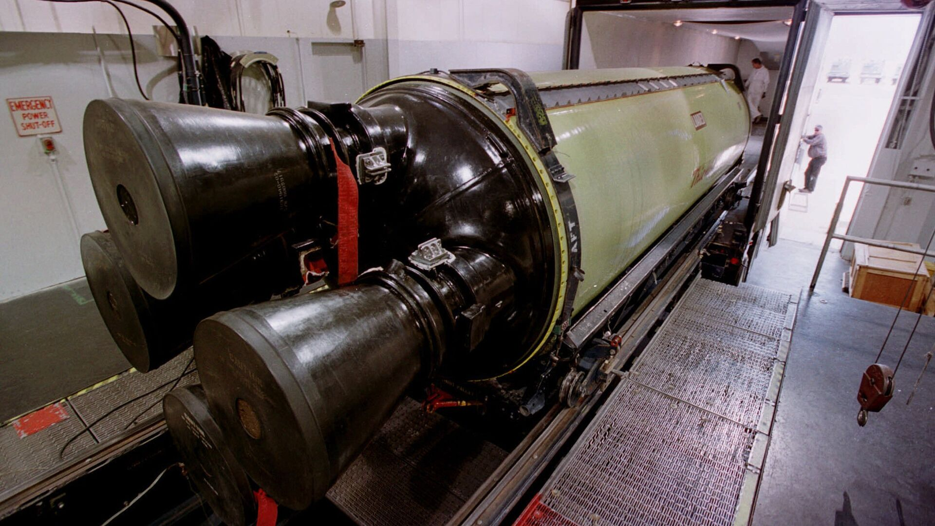 Погрузка межконтинентальной баллистической ракеты Minuteman III для перевозки на военную базу в штат Юта. 2002 год  - РИА Новости, 1920, 26.10.2020