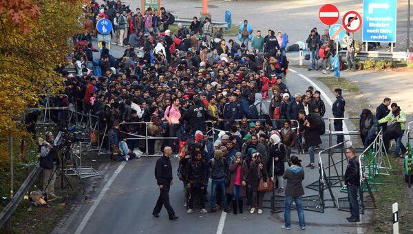 Немецкие полицейские сопровождают мигрантов на юге Германии, 28 октября 2015