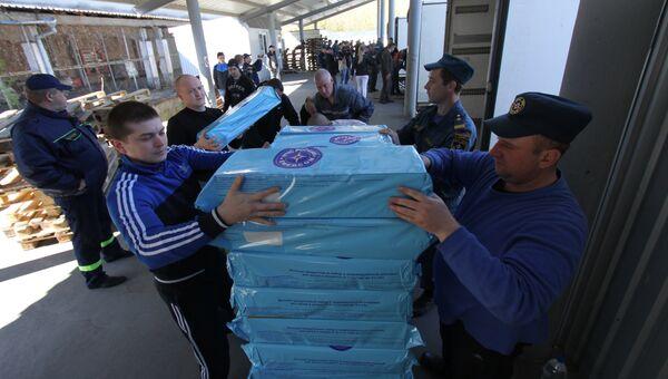 Разгрузка грузового автомобиля 64-го конвоя МЧС России с гуманитарной помощью для жителей Донбасса в Донецке. Архивное фото
