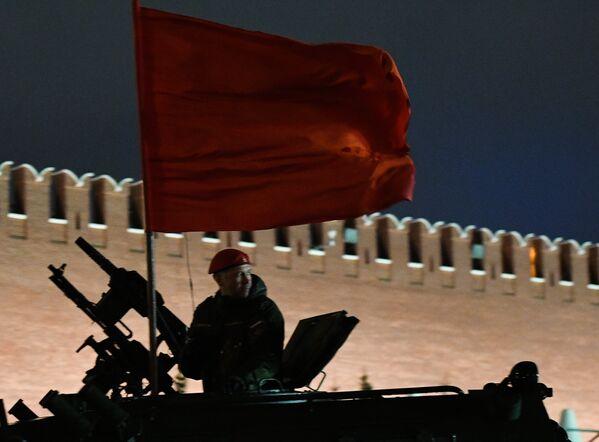 Комадир экипажа бронеавтомобиля Тигр-М на репетиции парада Победы на Красной площади