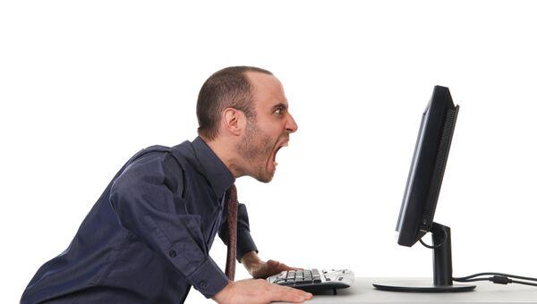 Мужчина злится у экрана монитора