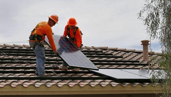 Установка солнечных батарей на крыше предприятия в городе Гудиер, США