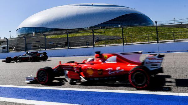 Гонщики на трассе во время свободных заездов на российском этапе чемпионата мира по кольцевым автогонкам в классе Формула-1 в Сочи