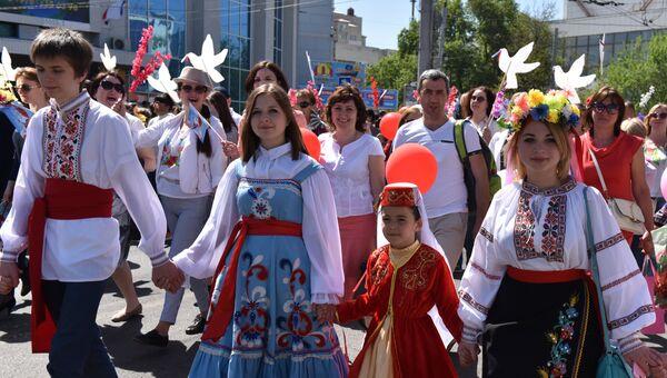 Участники праздничной первомайской демонстрации в Симферополе