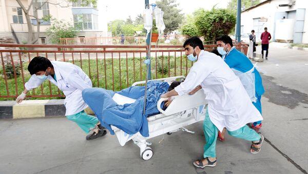 Транспортировка раненого в результате теракта в больницу в Кабуле, Афганистан. 3 мая 2017