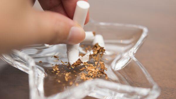 Сломанная сигарета в пепельнице. Архивное фото