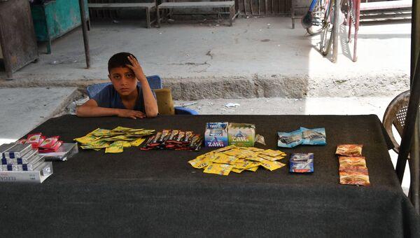 Мальчик на улице сирийского города Дейр-эз-Зор