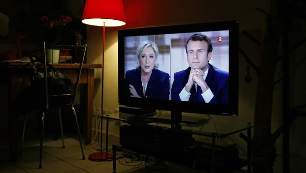 Прямой эфир телевизионных дебатов кандидатов в президенты Франции Эммануэля Макрона и Марин Ле Пен. Архивное фото