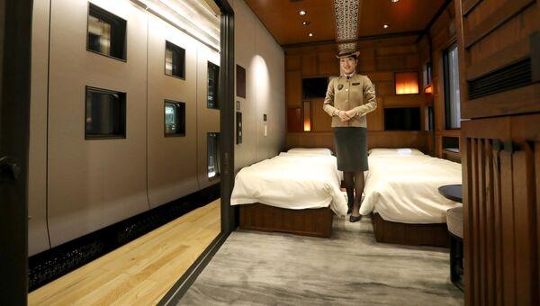 Один из номеров японского поезда класса люкс Shiki-Shima