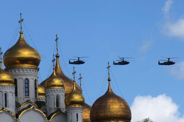 Ударные вертолеты Ка-52 Аллигатор на репетиции воздушной части парада Победы в Москве