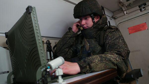 Военнослужащий в командно-штабной машине. Архивное фото