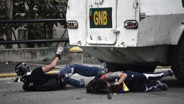 Оппозиционные активисты во время протеста против президента Венесуэлы Николаса Мадуро в Каракасе. Архивное фото