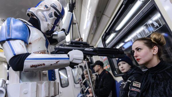 Имперский штурмовик фотографируется с юным пассажиром в день Звездных войн на станции Лермонтовский проспект московского метрополитена