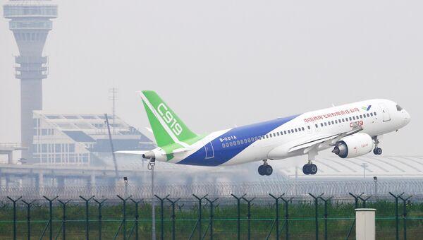 Китайский авиалайнер C919 вылетает из международного аэропорта Пудун, Китай. 5 мая 2017