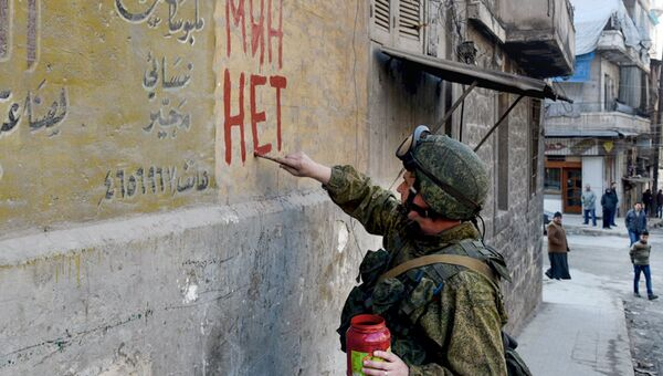 Военнослужащий вооруженных сил РФ во время разминирования жилых кварталов сирийского Алеппо