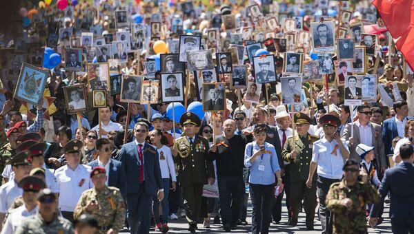 Участники акции Бессмертный полк в Бишкеке