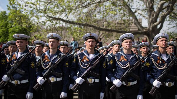 Моряки-черноморцы на военном параде в Севастополе, посвященном 72-й годовщине Победы в Великой Отечественной войне и 73-й годовщине освобождения города от немецко-фашистских захватчиков