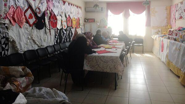 Комната для занятий вышивкой и плетения кружев в лагере для беженцев в Килисе. Здесь сидят вдовы сирийцев, погибших на войне