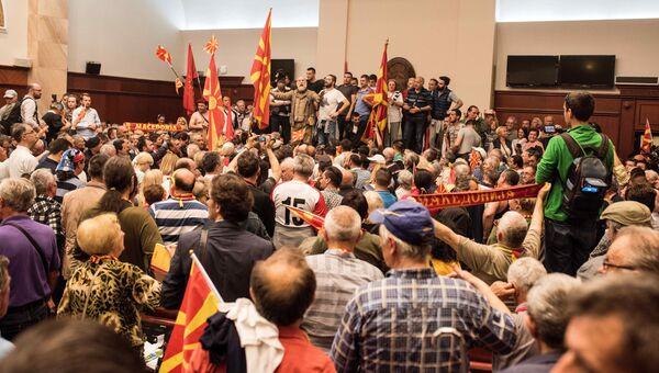 Демонстранты в парламенте Македонии протестуют против несправедливых выборов спикера парламента, 27 апреля 2017