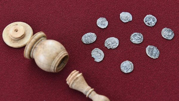 Серебряные монеты ручной чеканки времен Ивана Грозного (XVI век), найденные внутри полой костяной шахматной фигуры слона, во время показа уникальных археологических находок, обнаруженных в начале улицы Пречистенка в рамках благоустройства столицы по программе Моя улица