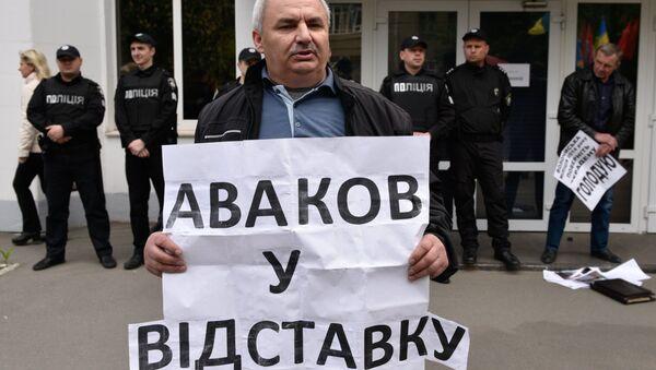 Участник акции протеста с требованием отставки главы МВД Арсена Авакова у здания министерства внутренних дел Украины в Киеве. 11 мая 2017