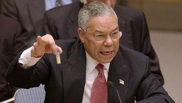 Госсекретарь Колин Пауэлл показывает пробирку, в которой, по его утверждению, находятся образцы иракского оружия массового поражения, на заседании Совета Безопасности ООН. 5 февраля 2003