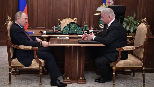 Президент РФ Владимир Путин и председатель Федерации независимых профсоюзов России (ФНПР) Михаил Шмаков. 12 мая 2017