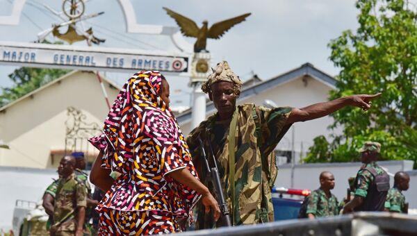 Военные у штаба армии Кот-д'Ивуара в Абиджане. Архивное фото