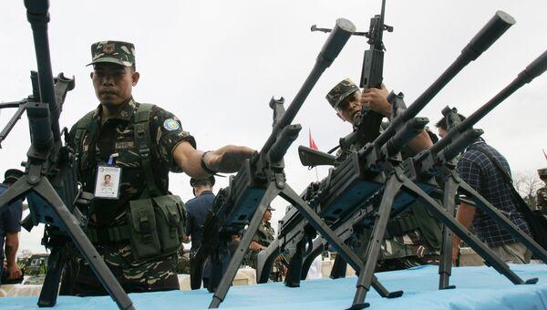 Филиппинские солдаты во время осмотра стрелкового оружия. Архивное фото