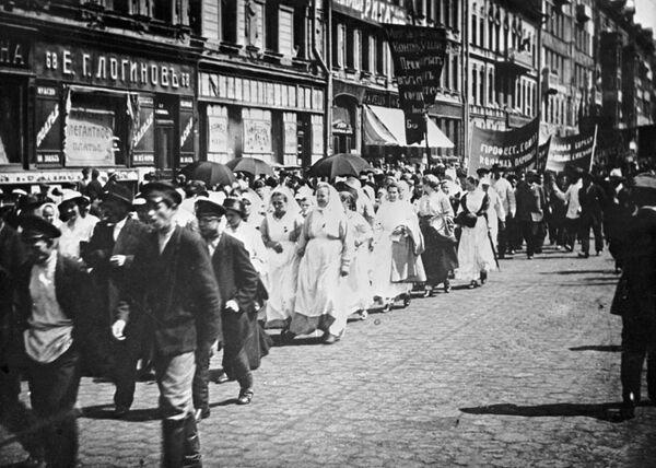 Политическая демонстрация в Петрограде против действий временного правительства под лозунгом Вся власть Советам. 18 июня 1917 года