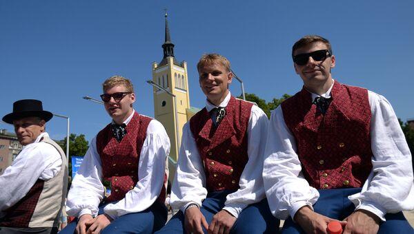 Молодые люди в национальных костюмах в Таллине