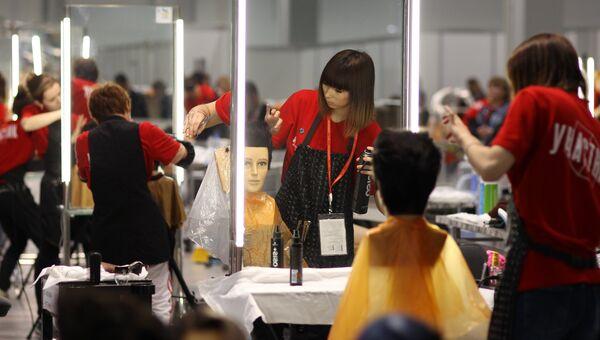 Участница финала V Национального чемпионата Молодые профессионалы 2017 во время соревнований в компетенции Парикмахерское искусство