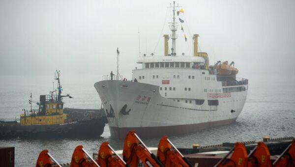 Северокорейское грузопассажирское судно Man Gyong Bong в порту Владивостока. 18 мая 2017