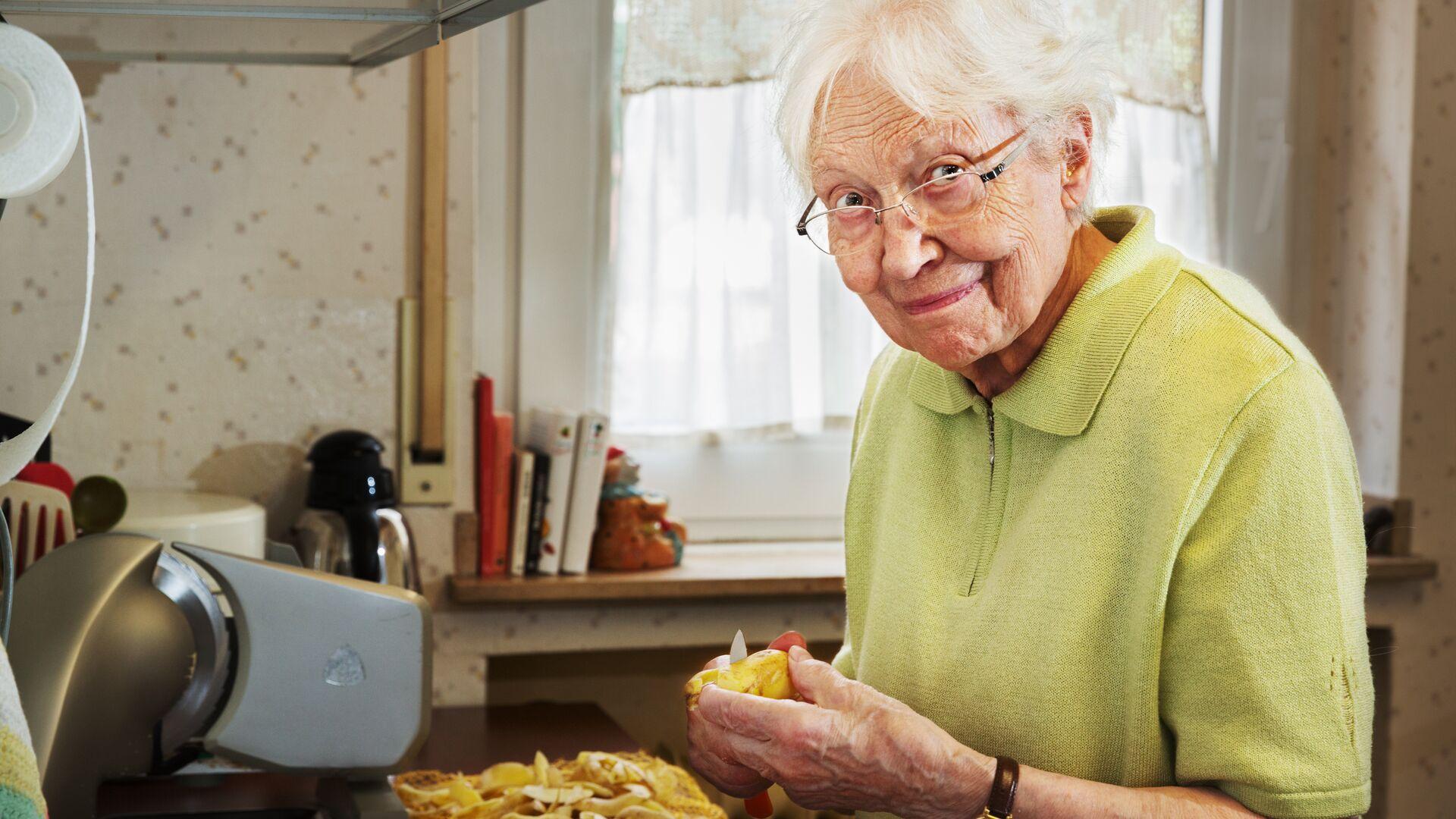 Бабушка готовит на кухне - РИА Новости, 1920, 10.04.2021