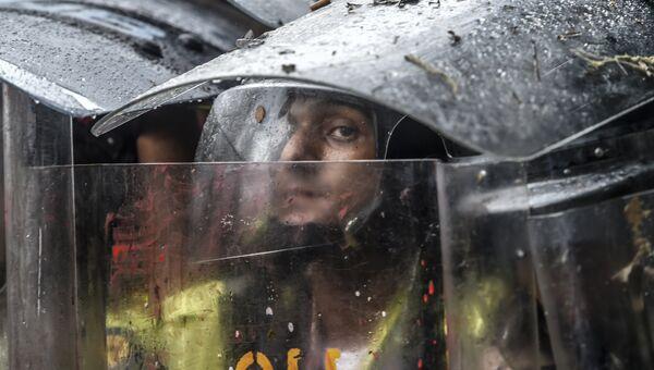 Сотрудники полиции на акциях протеста в Каракасе, Венесуэла. Архивное фото