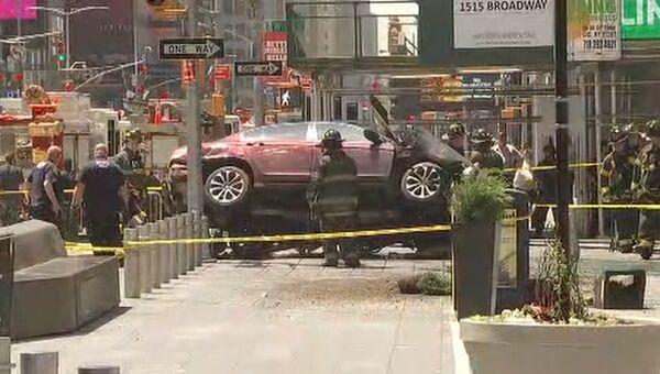Автомобиль наехал на пешеходов на Таймс-сквер в Нью-Йорке. Кадры с места ЧП