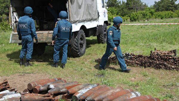 Сотрудники МЧС Донецкой народной республики на разминировании участка. Архивное фото