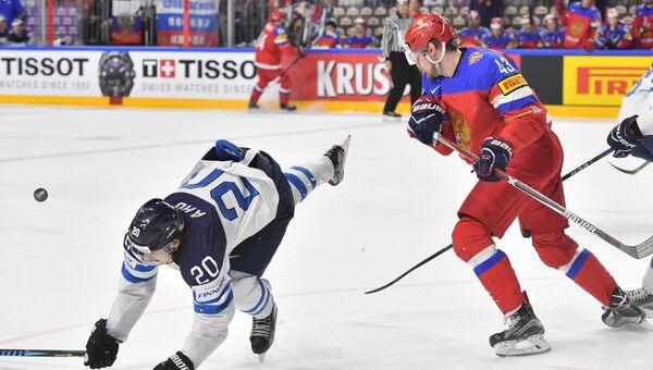 Игроки сборной России Валерий Ничушкин (справа) и сборной Финляндии Себастьян Ахо