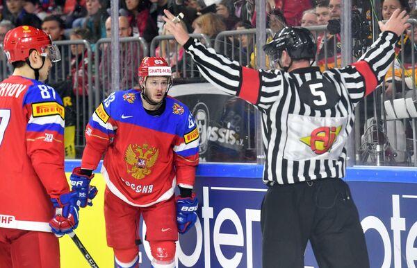 Игроки сборной России Вадим Щипачев (слева) и Евгений Дадонов