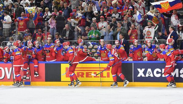 Игроки сборной России радуются заброшенной шайбе в матче за третье место чемпионата мира по хоккею 2017 между сборными командами России и Финляндии