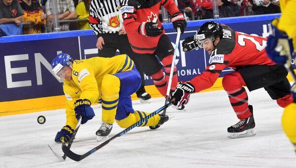 Игрок сборной Швеции Антон Строльман, игрок сборной Канады Трэвис Конечны и игрок сборной Канады Брэйден Пойнт (слева направо) в финальном матче чемпионата мира по хоккею 2017 между сборными командами Канады и Швеции