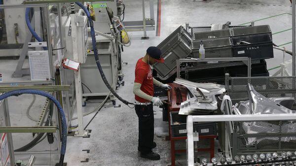 Рабочий на заводе Tesla