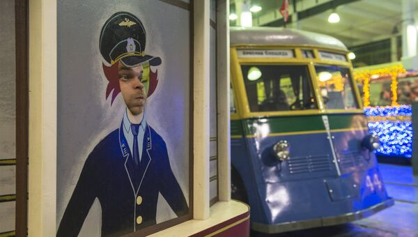 Посетитель во время международной акции Ночь музеев в Музее городского электрического транспорта в се