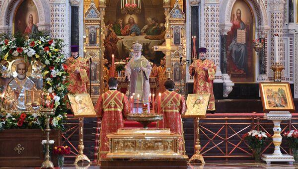 Патриарх Московский и всея Руси Кирилл во время богослужения в храме Христа Спасителя, где находится ковчег с мощами святителя Николая Чудотворца